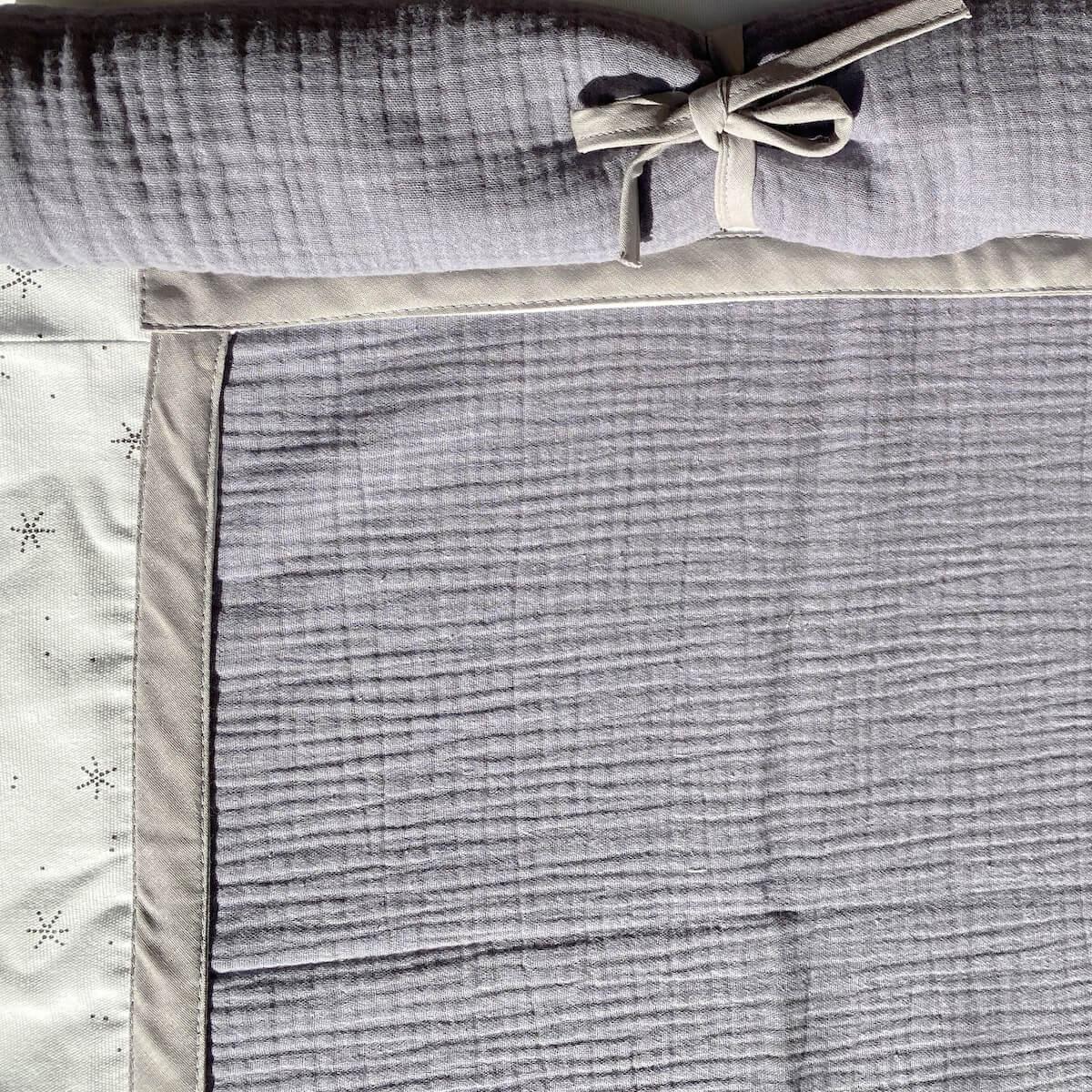 Cama alta KASVA con textiles Bobble gris