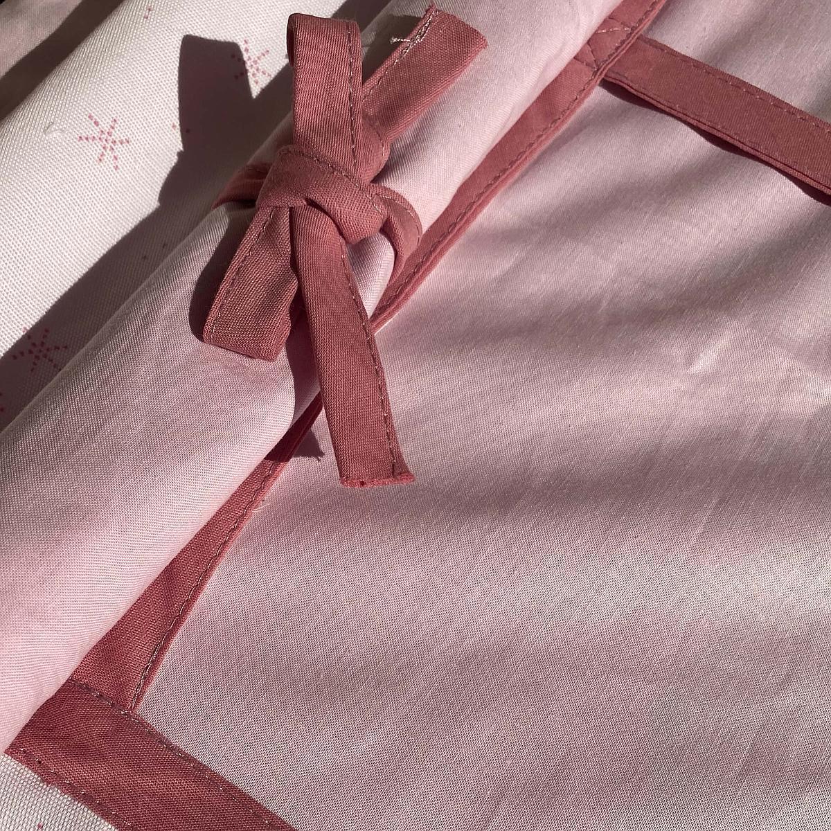 Cama alta KASVA con textiles Viena rosa