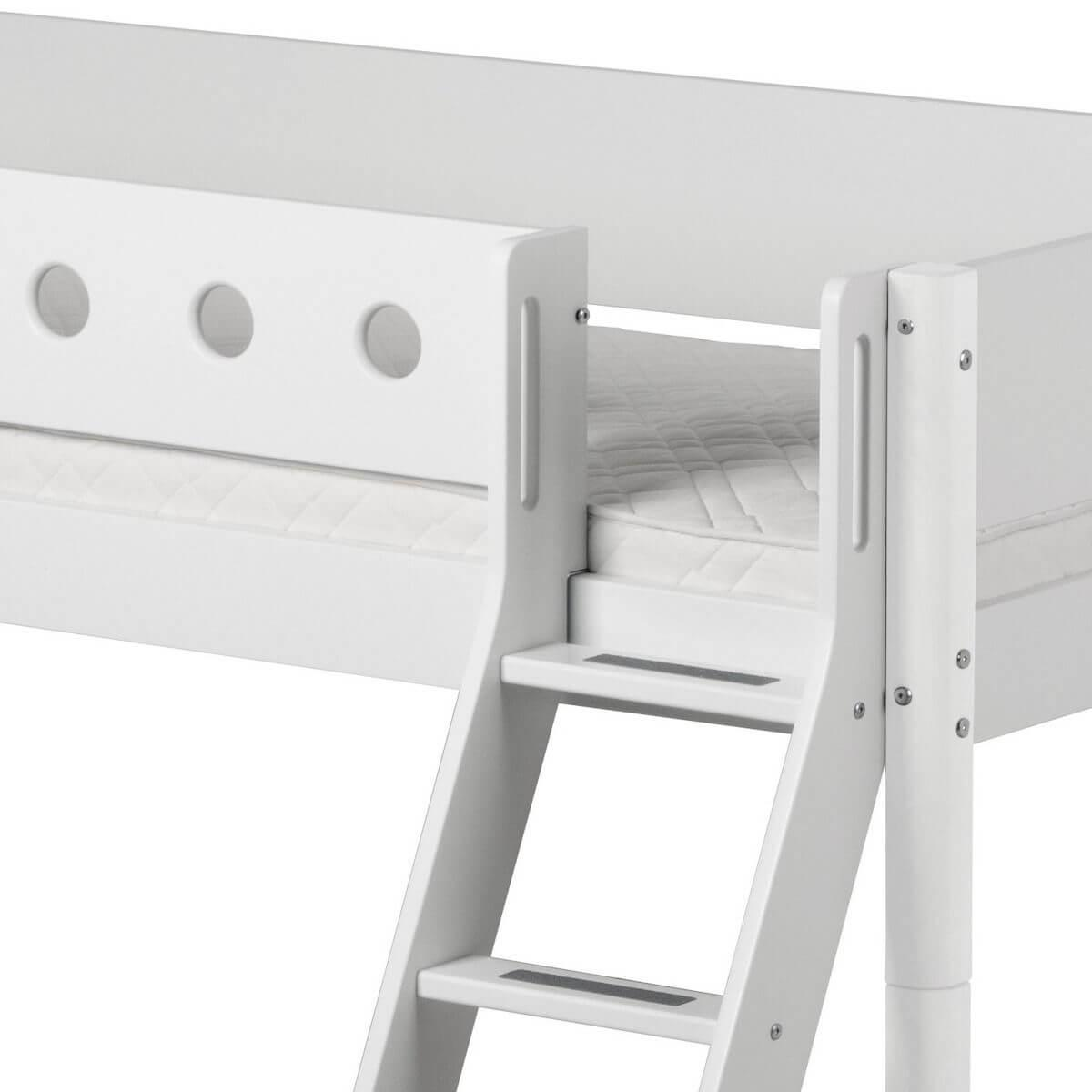 Cama media alta 90x190 WHITE Flexa escalera inclinada barrera y patas blancas