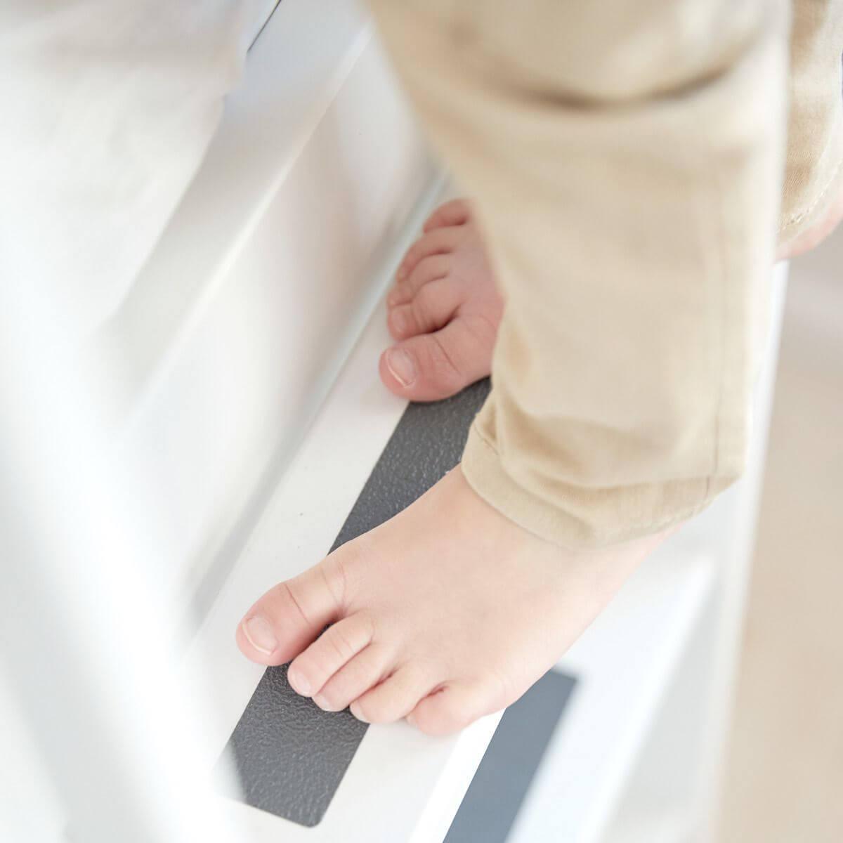 Cama media alta 90x200 WHITE Flexa escalera recta tobogán barrera y patas blancas