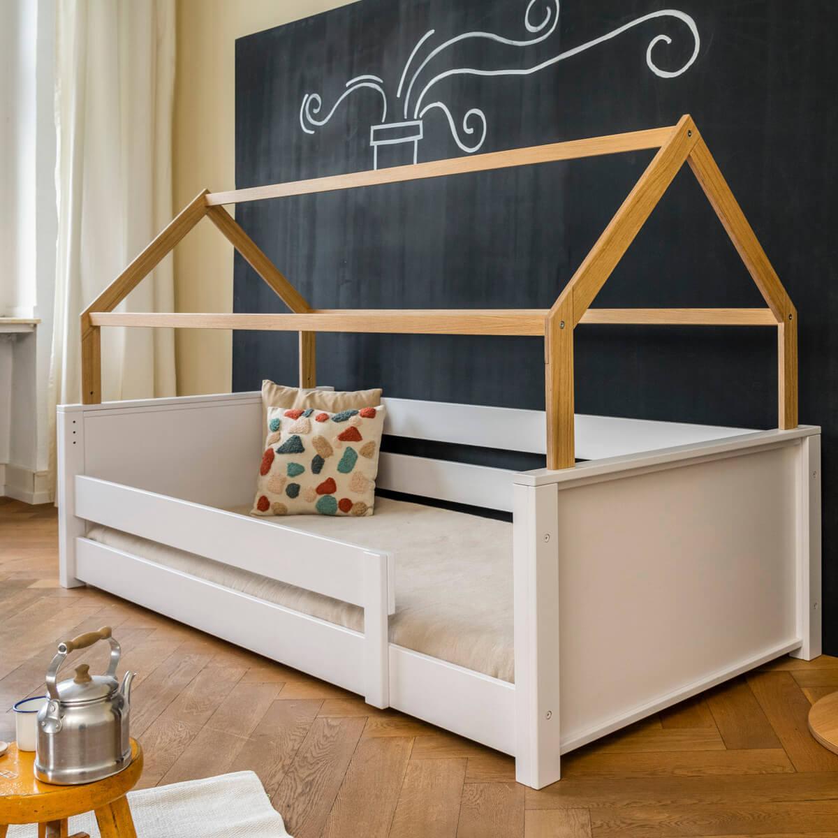 Cama-sofá montessori-protección anticaídas baja-estructura techo KASVA haya lacado blanco-chapa roble aceitado