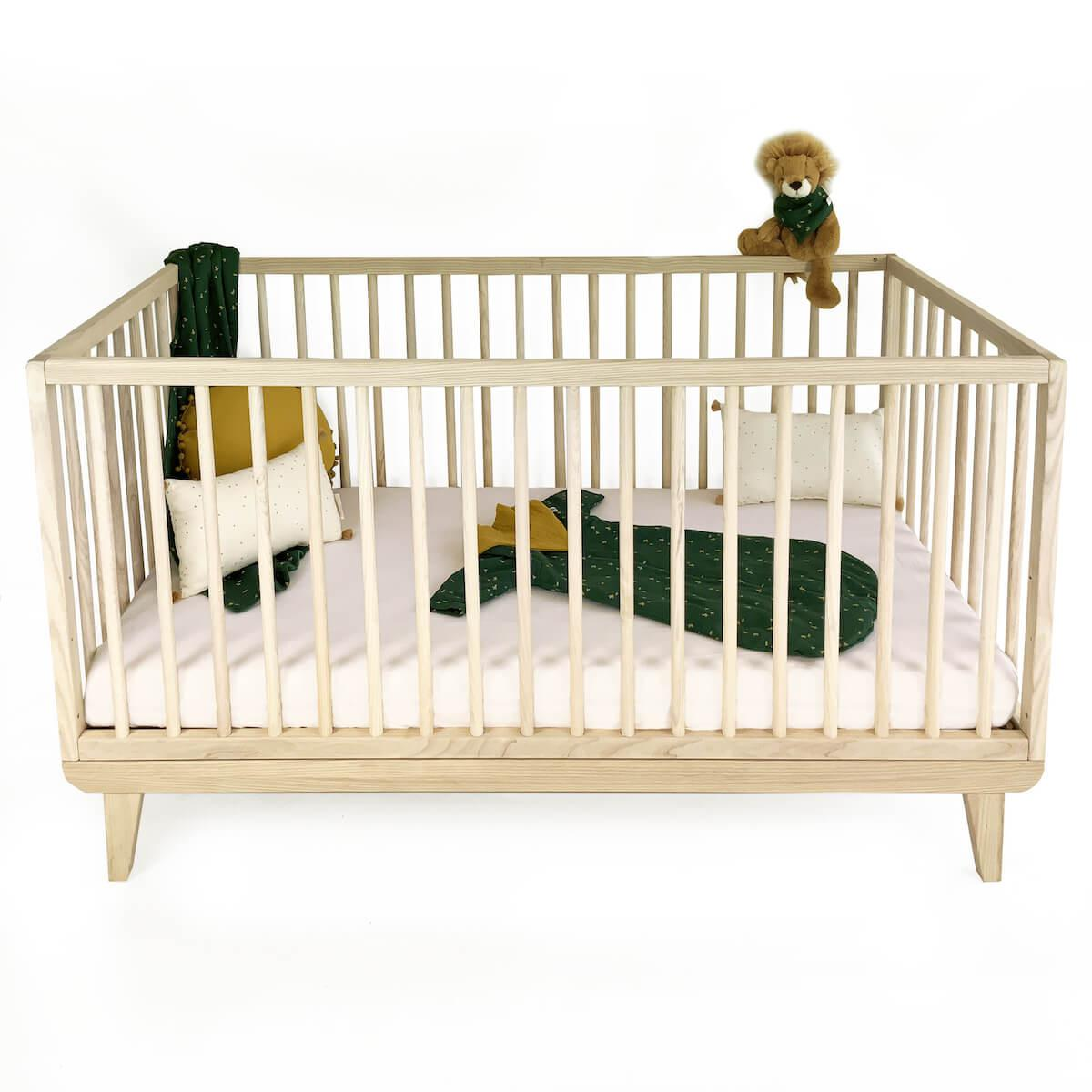 Cuna bebé KERA en fresno con top Round-pies Retro