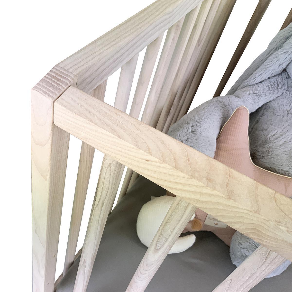 Cuna bebé KERA en fresno con top Straight-pies Curve